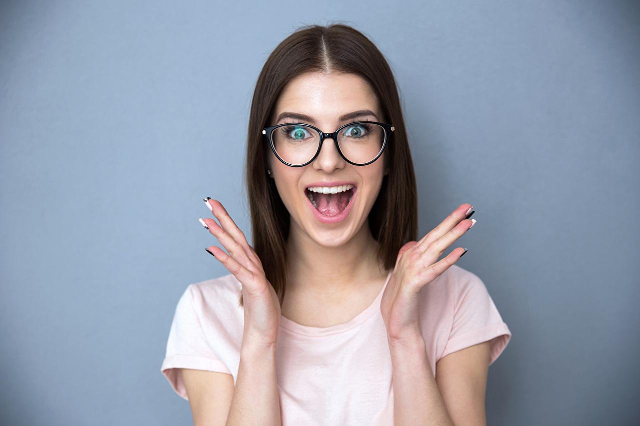Обои для рабочего стола брюнеток радостная эмоции изумление девушка рука очках Серый фон брюнетки Брюнетка счастье Радость удивлен удивлена радостный Удивление счастливые счастливый счастливая Девушки молодая женщина молодые женщины Руки Очки очков сером фоне