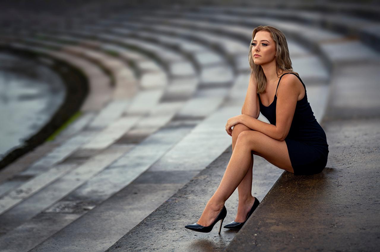Фотография боке Поза молодые женщины Ноги сидя Платье Размытый фон позирует девушка Девушки молодая женщина ног Сидит сидящие платья