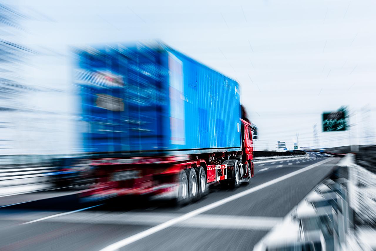 Обои для рабочего стола Грузовики Truck motion blur скорость Сзади автомобиль едет едущий едущая Движение авто машины машина вид сзади Автомобили
