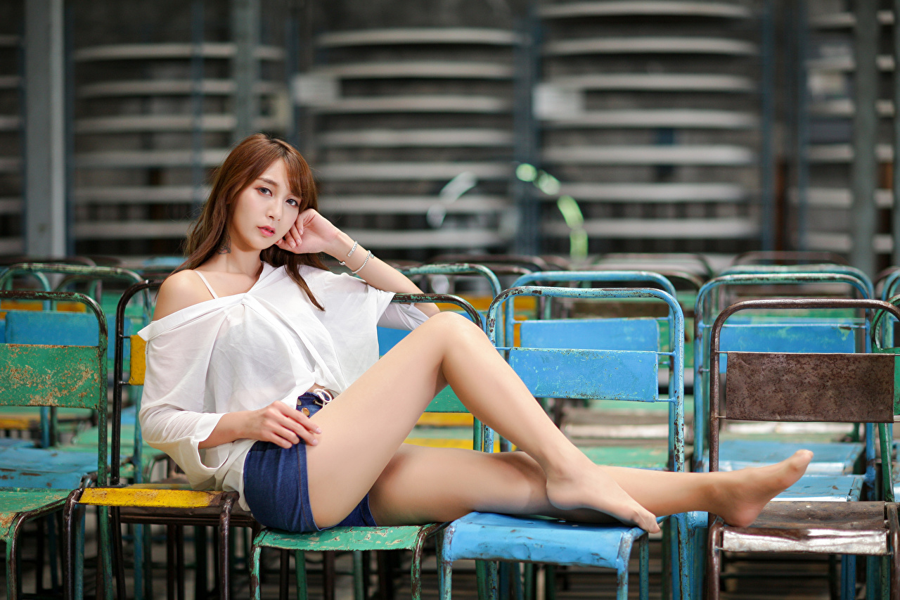 Картинки Шатенка Блузка девушка ног азиатки шорт Сидит Взгляд шатенки Девушки молодая женщина молодые женщины Ноги Азиаты азиатка сидя Шорты шортах сидящие смотрит смотрят