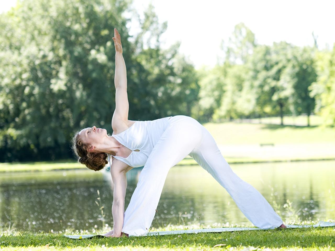 Картинки Шатенка йогой тренируется Поза Фитнес девушка ног Руки Трава шатенки Йога Тренировка физическое упражнение позирует Девушки молодая женщина молодые женщины Ноги рука траве
