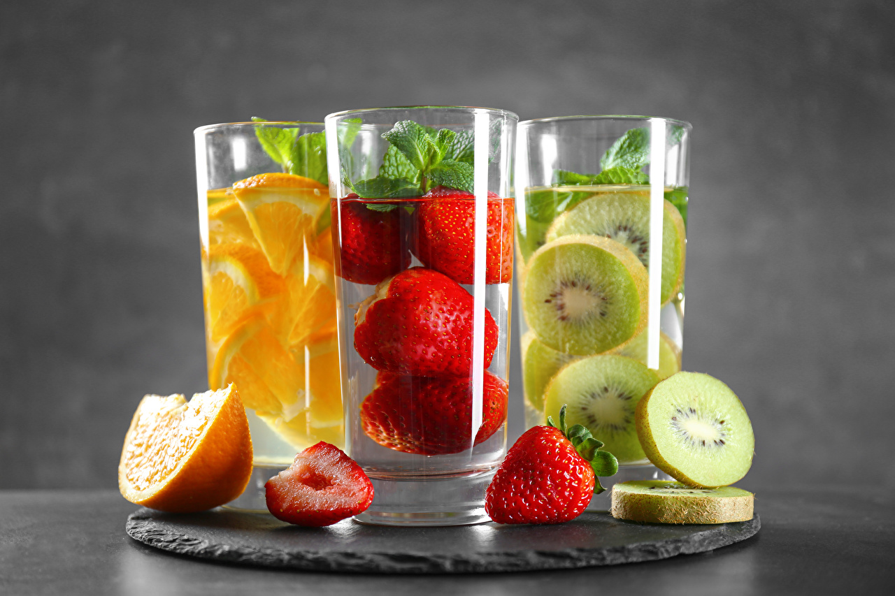 Картинки Апельсин Киви стакана Клубника втроем Продукты питания напиток Стакан стакане Еда три Пища Трое 3 Напитки