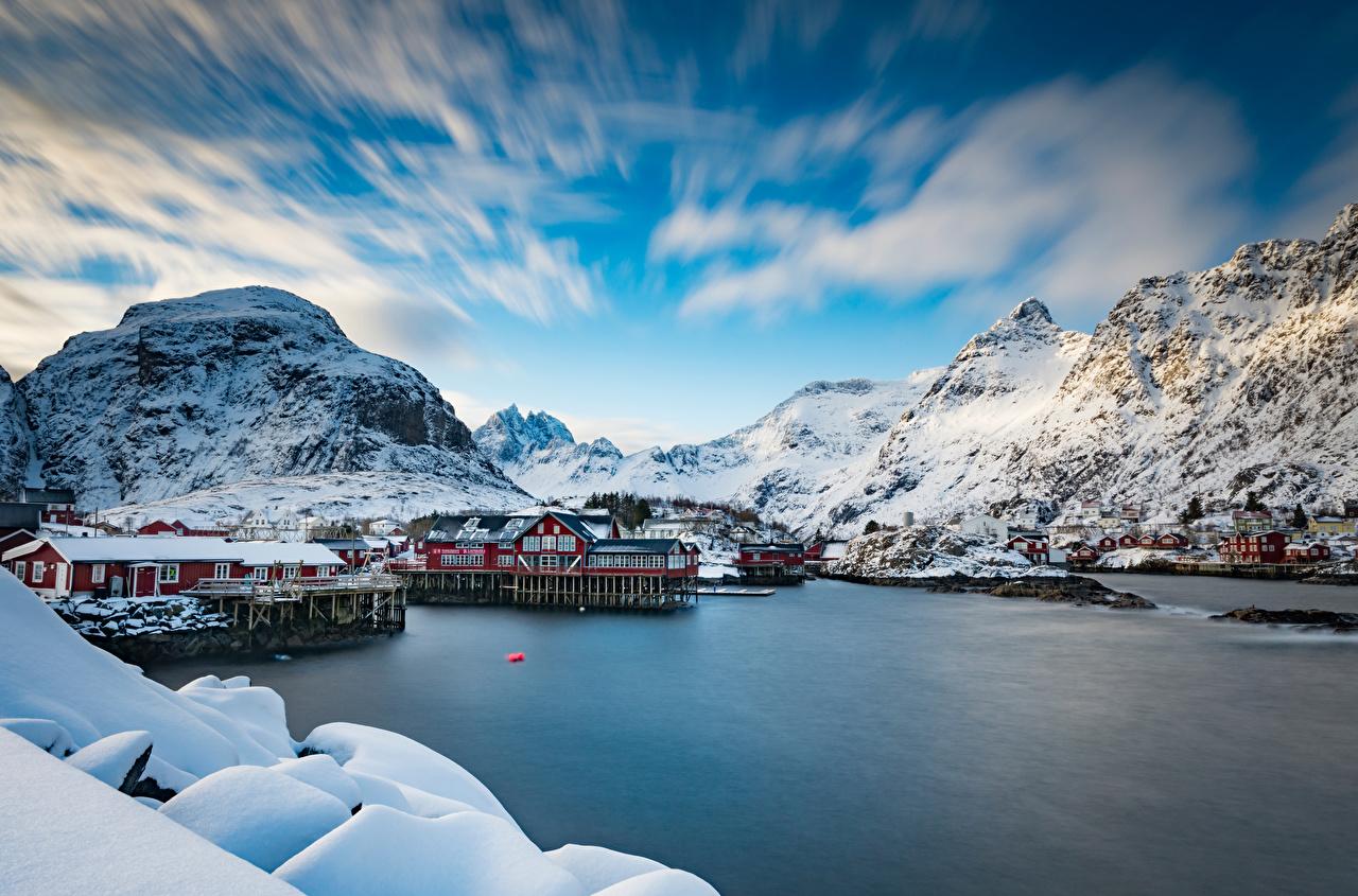 Обои для рабочего стола Лофотенские острова Норвегия rorbu гора Природа Дома облачно Горы Здания Облака облако