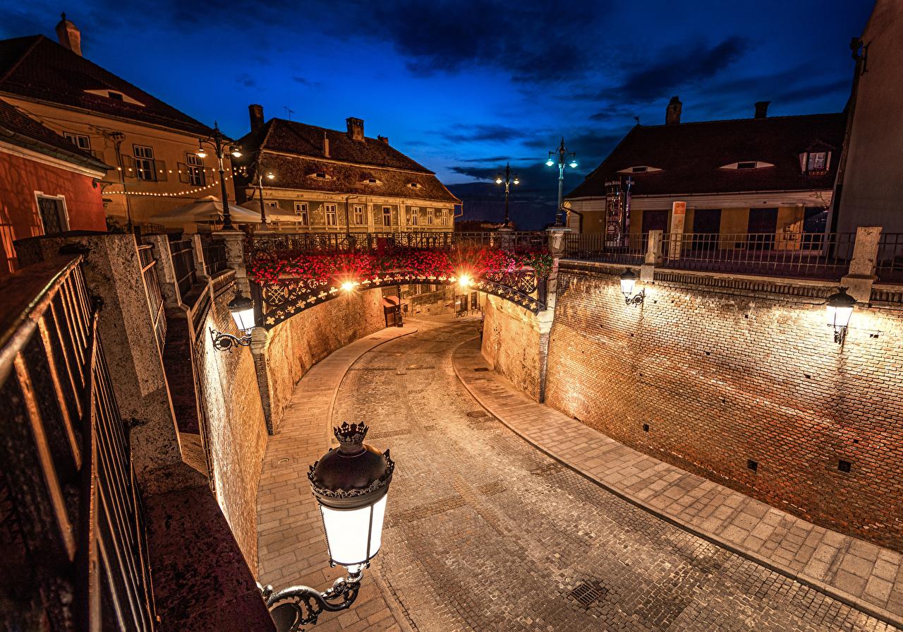Обои для рабочего стола Румыния Sibiu мост Дороги Стена в ночи Уличные фонари Дома Города Мосты Ночь стене стены ночью Ночные стенка город Здания