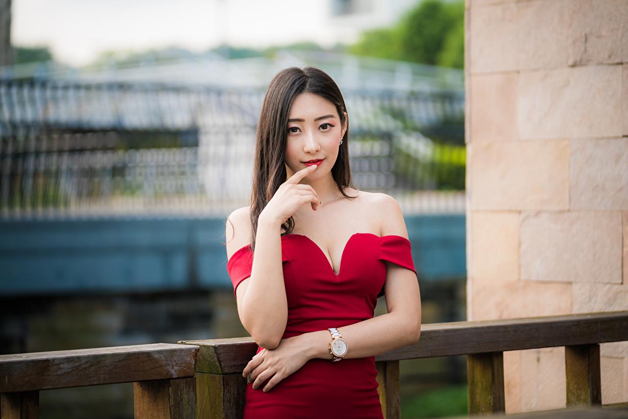 Фотография шатенки боке Поза молодая женщина азиатки рука смотрят платья Шатенка Размытый фон позирует девушка Девушки молодые женщины Азиаты азиатка Руки Взгляд смотрит Платье
