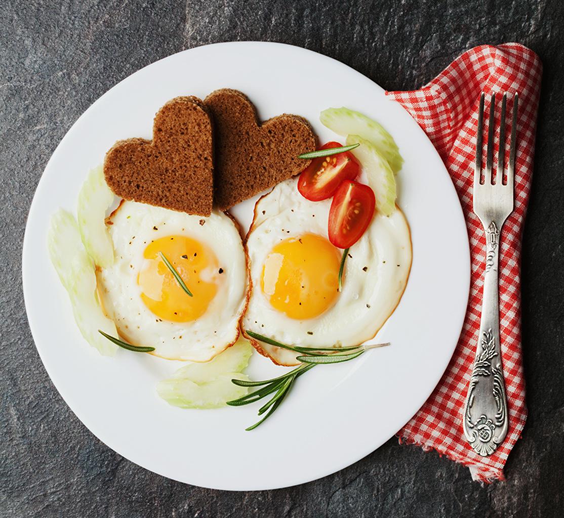 Картинки Сердце Яичница 2 Томаты Хлеб Пища Тарелка Вилка столовая сердечко Двое вдвоем Помидоры Еда Продукты питания