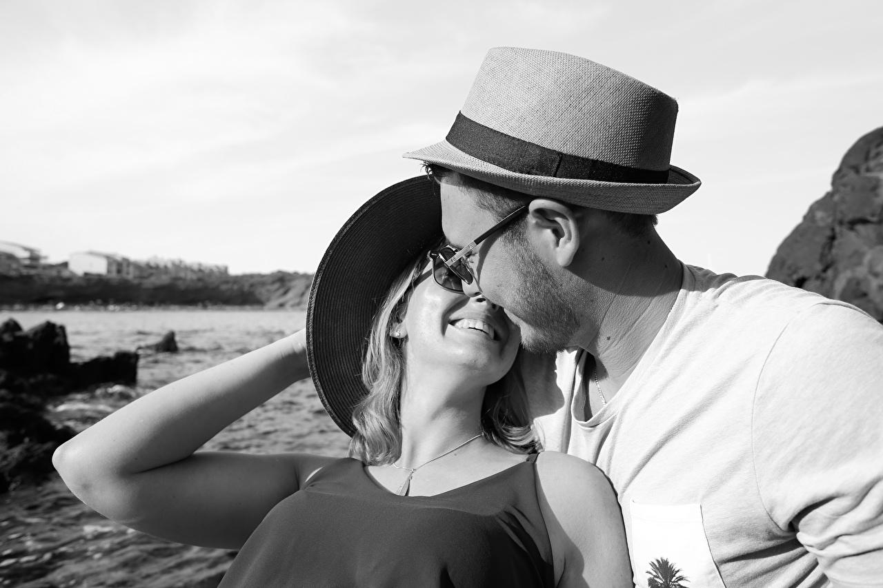 Картинка Мужчины Влюбленные пары Улыбка Шляпа вдвоем Девушки Очки любовники 2 Двое