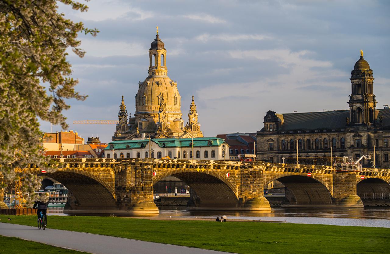Картинка Дрезден Церковь Германия Frauenkirche, Augustusbrücke мост река набережной Дома город Мосты Реки речка Набережная Здания Города