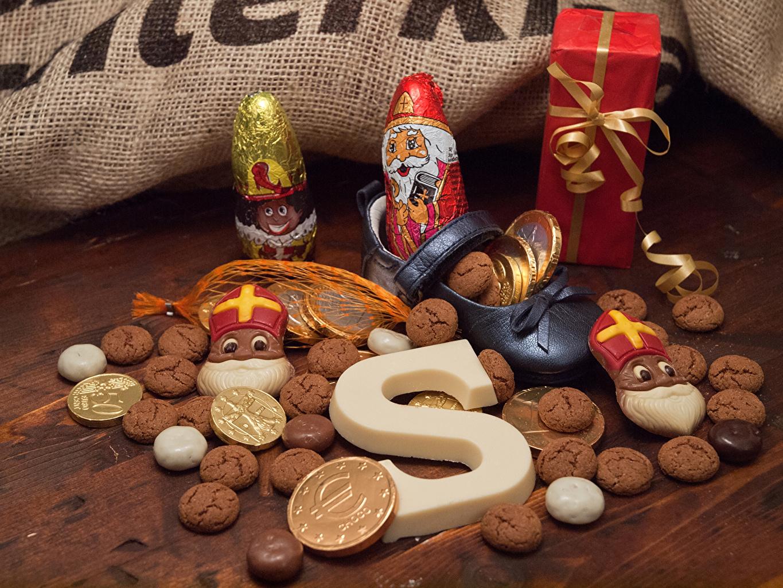 Картинка Рождество Шоколад Санта-Клаус Подарки Еда Печенье Праздники Новый год Дед Мороз подарок подарков Пища Продукты питания