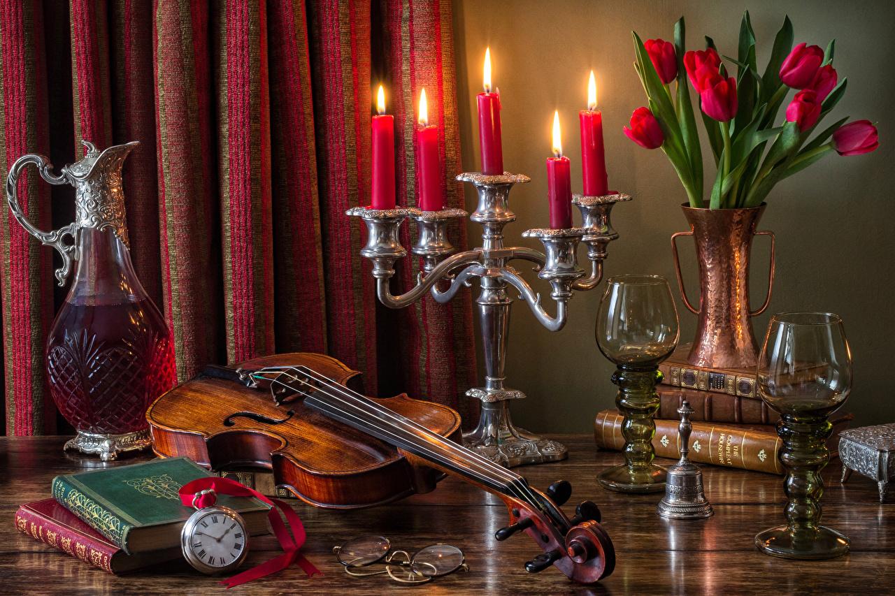 Картинка Скрипки Букеты Вино Часы Тюльпаны Цветы кувшины бокал книги Свечи Натюрморт Кувшин Книга Бокалы