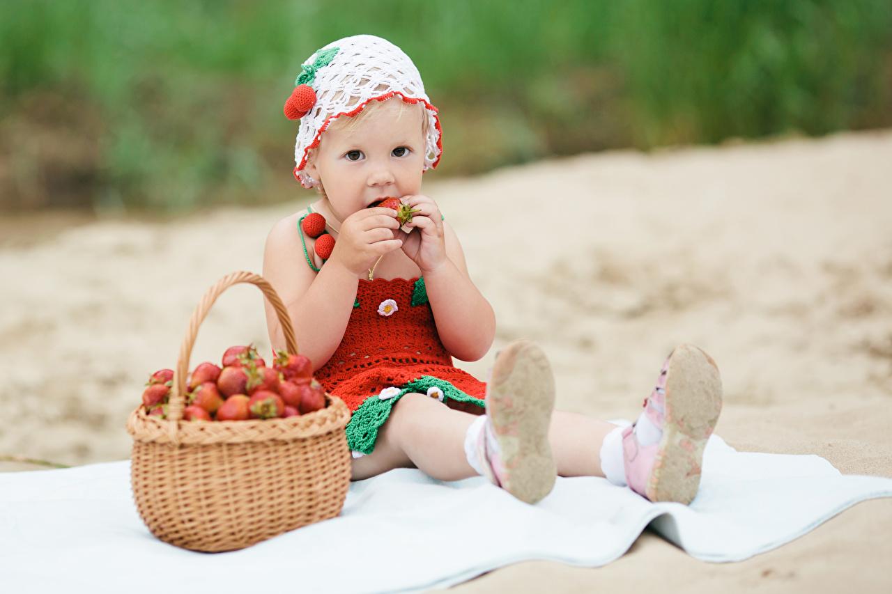 Картинки девочка Дети Корзинка Клубника сидящие Взгляд Девочки ребёнок корзины Корзина сидя Сидит смотрят смотрит