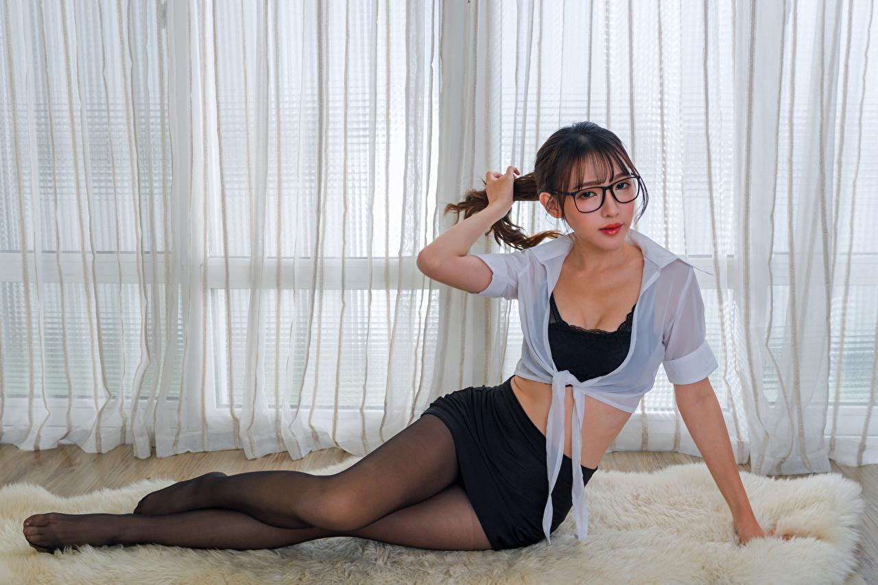 Обои для рабочего стола Колготки Блузка Девушки Ноги Азиаты Очки Сидит смотрит колготок колготках девушка молодая женщина молодые женщины ног азиатки азиатка сидя очков очках сидящие Взгляд смотрят