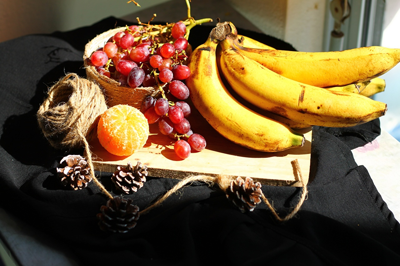 Обои для рабочего стола Мандарины Бананы Виноград Еда Шишки Разделочная доска Пища шишка Продукты питания разделочной доске