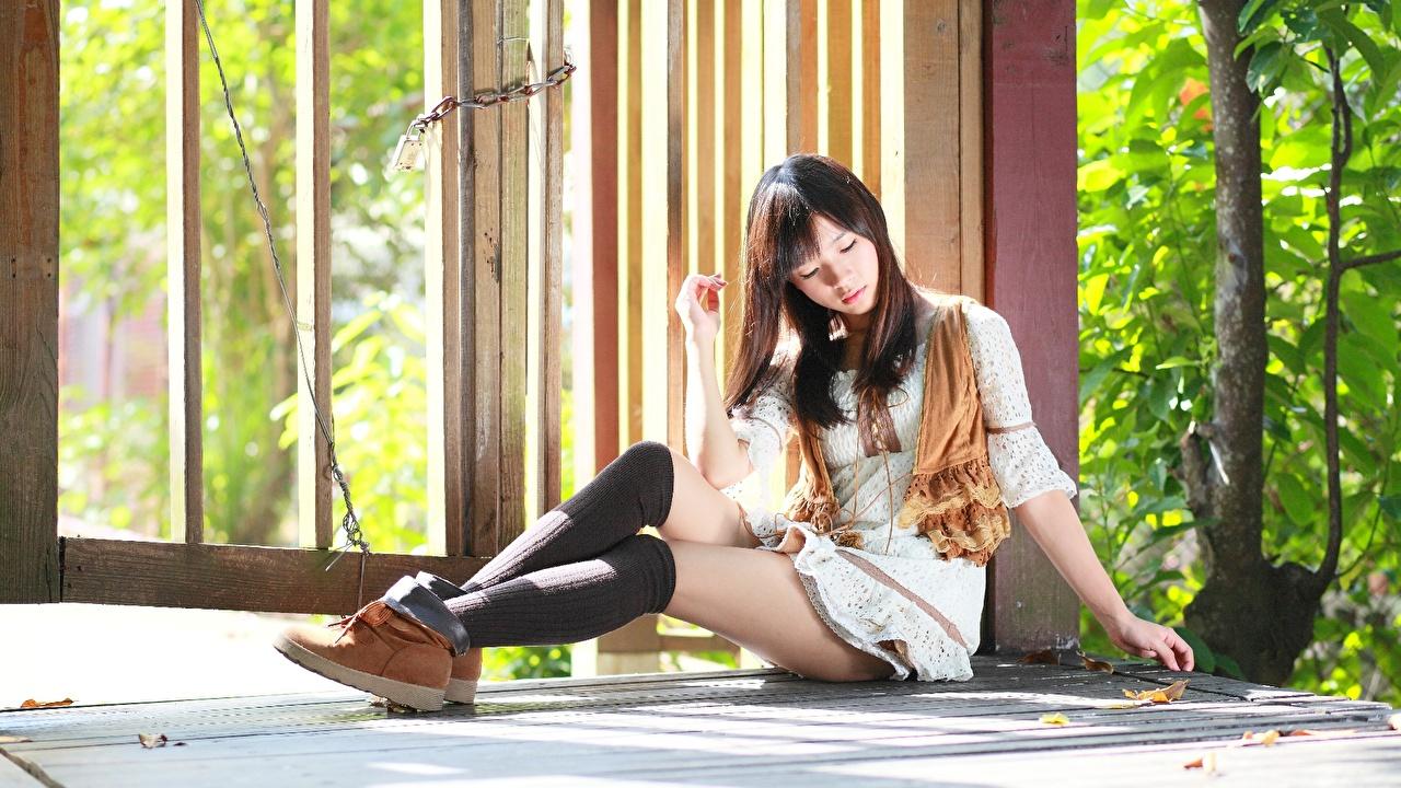 Фотографии Гольфы шатенки девушка Ноги Сидит Шатенка гольфах Девушки молодые женщины молодая женщина ног сидя сидящие