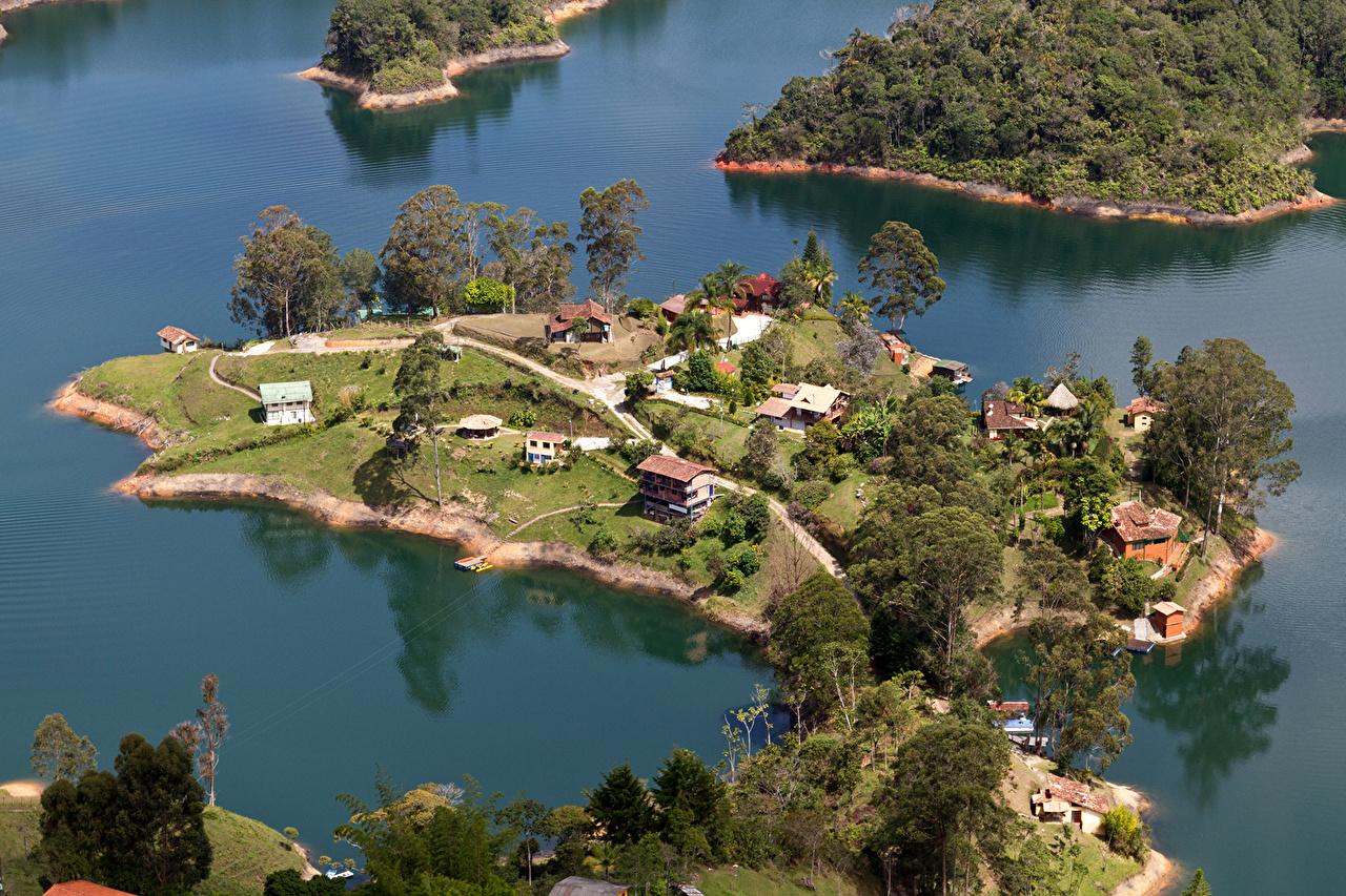 Картинка Laguna de Guatape Medellin Columbia Природа Озеро Тропики Сверху Дома деревьев тропический дерева дерево Здания Деревья
