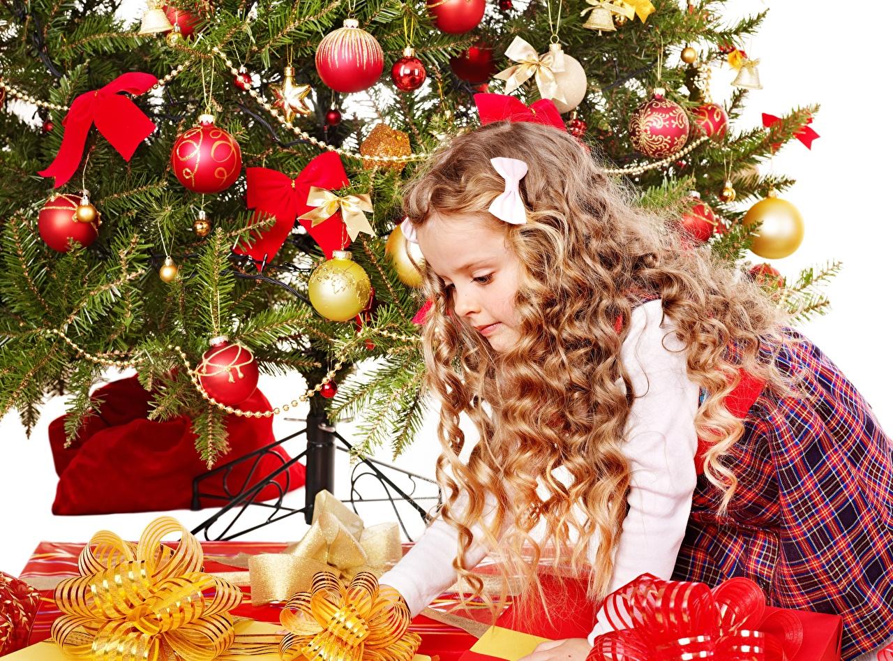 Фото девочка Рождество ребёнок Елка Подарки бант Шарики Девочки Новый год Дети Новогодняя ёлка подарок подарков Шар Бантик бантики