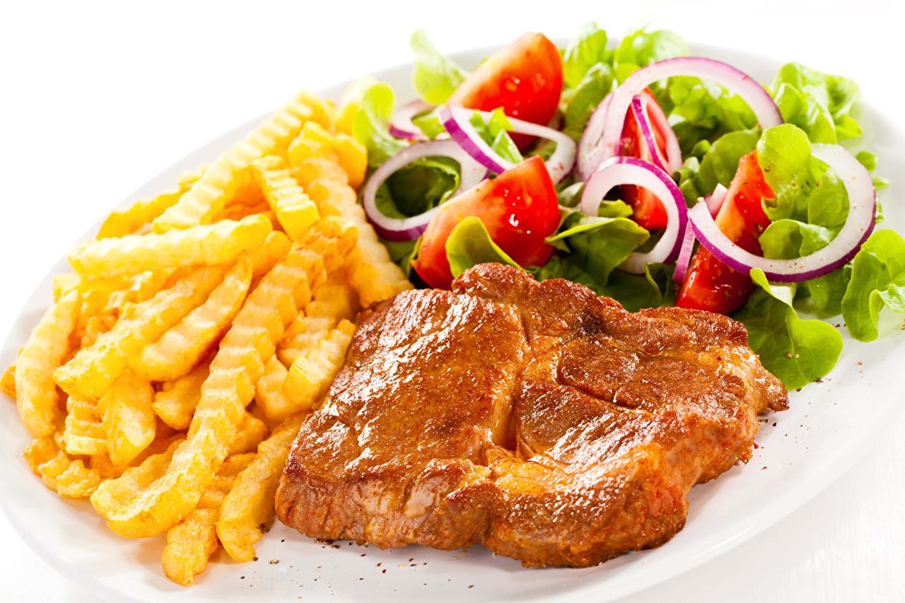 Обои для рабочего стола Картофель фри Овощи Салаты Продукты питания Белый фон Мясные продукты Вторые блюда Еда Пища белом фоне белым фоном
