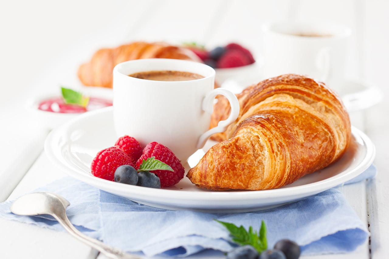 Картинки Кофе Завтрак Круассан Малина Черника Пища Чашка Еда Продукты питания