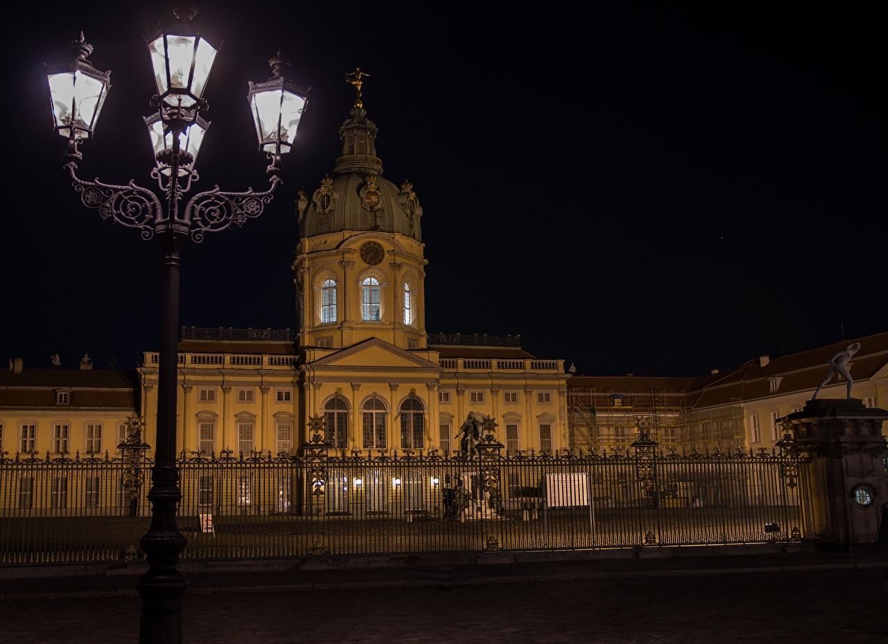 Фото Берлин дворца Германия музеи Charlottenburg, Brandenburg Ночь Уличные фонари Города Дворец Музей ночью в ночи Ночные город
