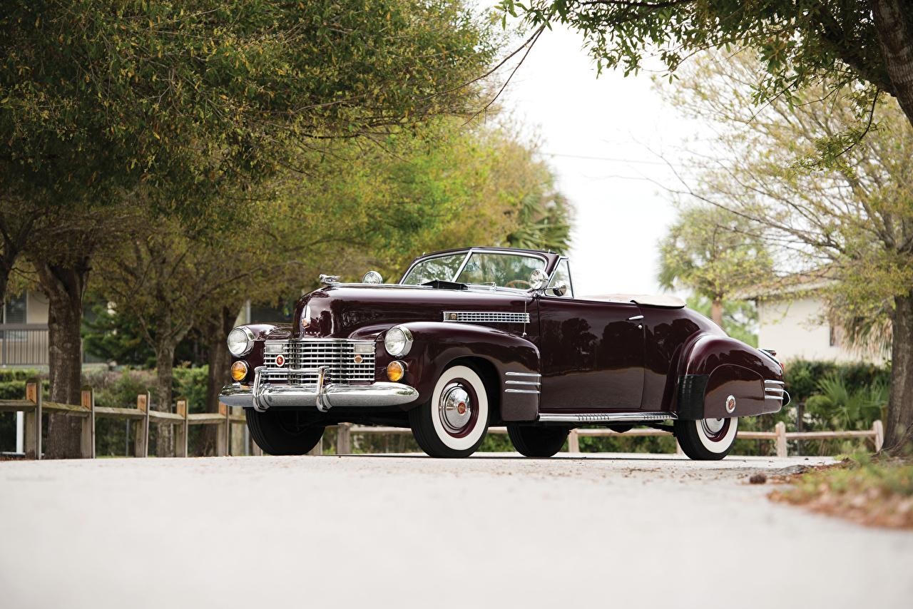 Картинка Cadillac Sixty-Two Convertible Coupe Deluxe, 1941 Ретро Бордовый Металлик Автомобили Кадиллак винтаж бордовая бордовые старинные темно красный авто машины машина автомобиль