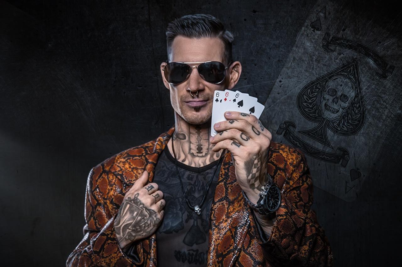 Картинка тату Мужчины Наручные часы Очки Руки Карты Пальцы Татуировки