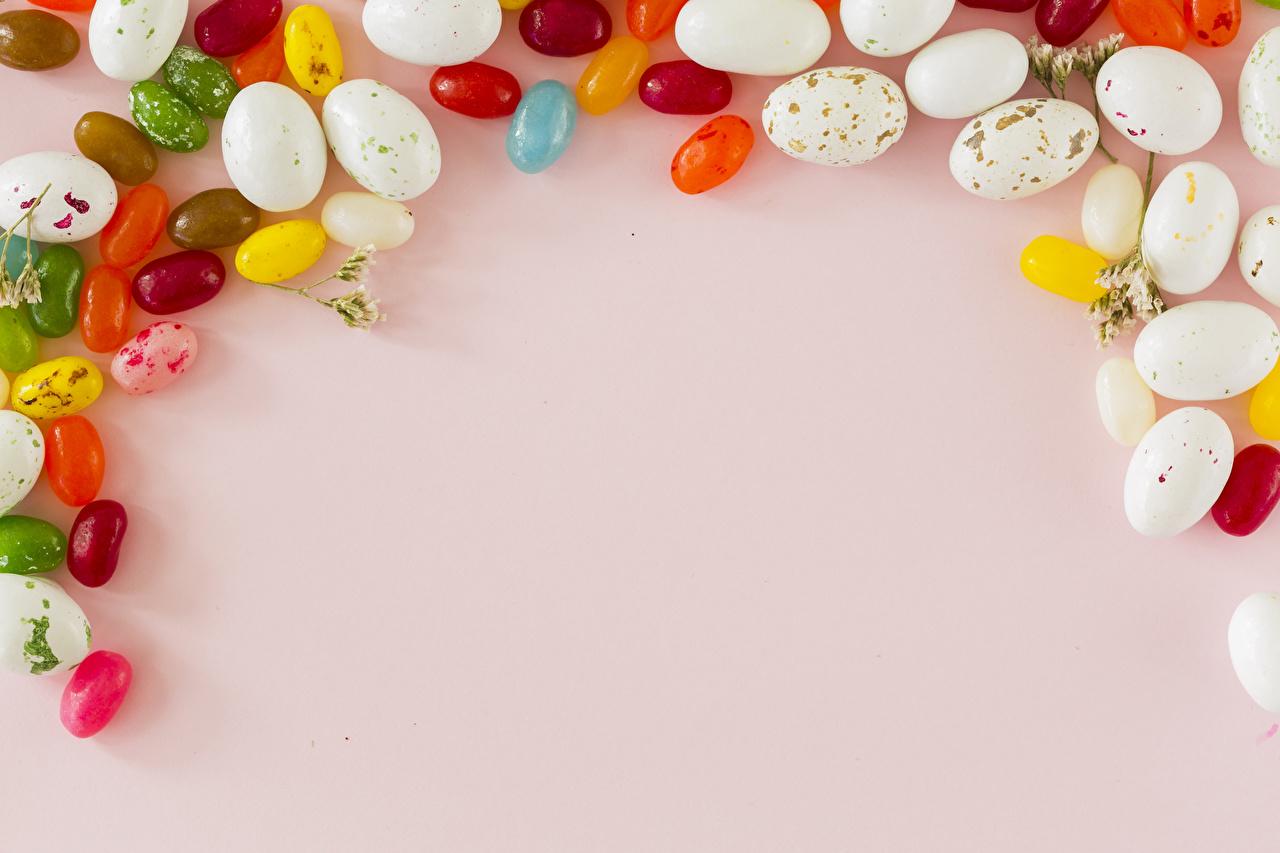 Картинка Пасха Яйца Конфеты Продукты питания Сладости Праздники Цветной фон яиц яйцо яйцами Еда Пища сладкая еда