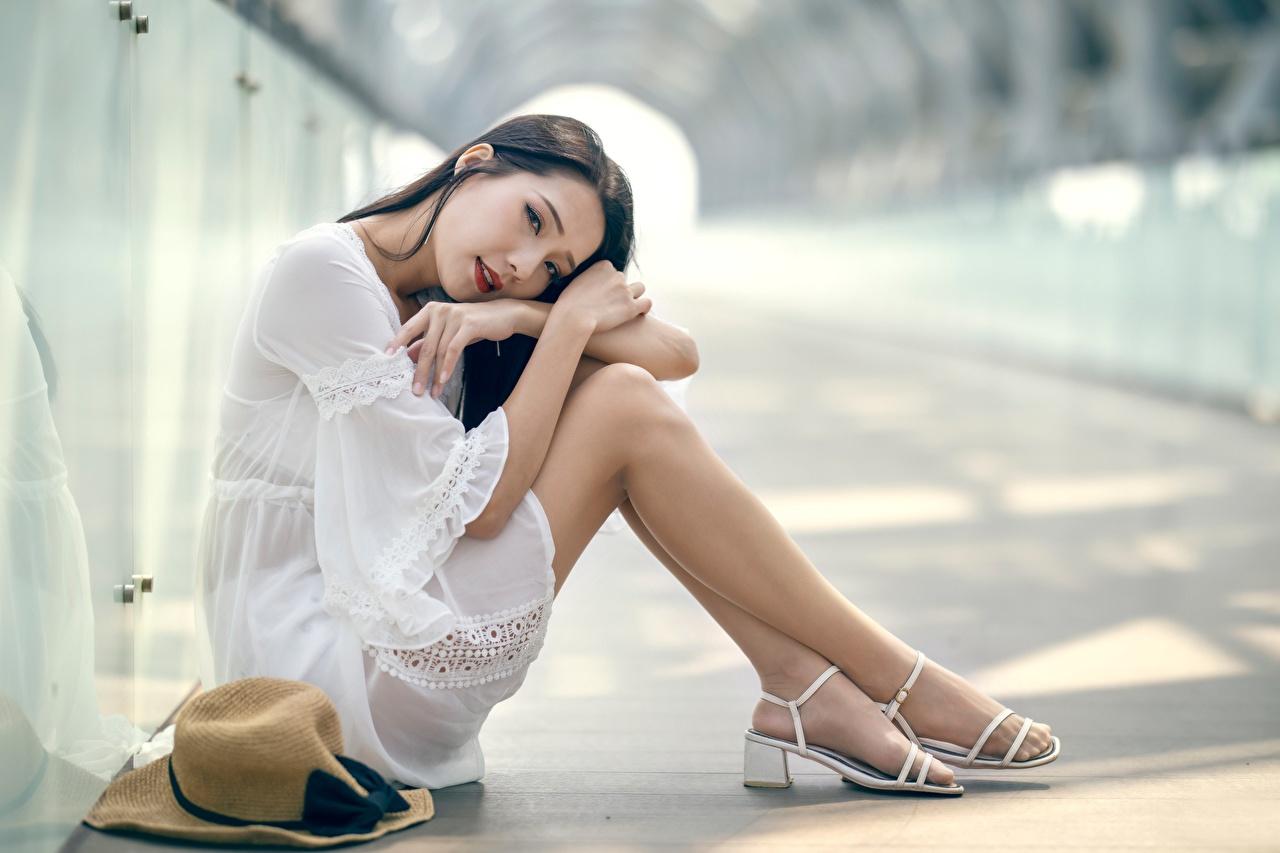 Обои для рабочего стола Брюнетка Колготки Размытый фон девушка ног Азиаты Руки сидящие брюнетки брюнеток колготок колготках боке Девушки молодая женщина молодые женщины Ноги азиатки азиатка рука сидя Сидит