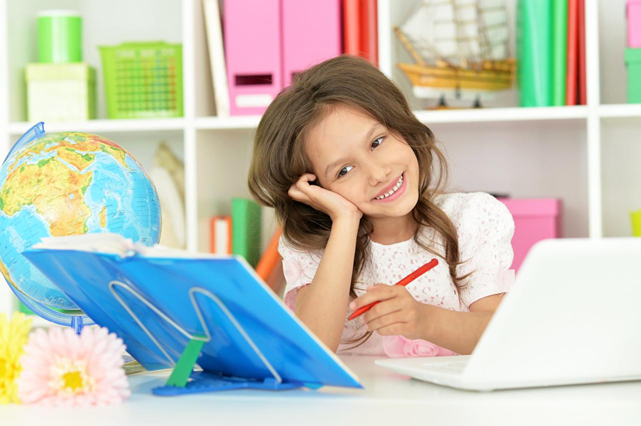 Фотография Девочки ноутбук Улыбка Дети Руки девочка Ноутбуки улыбается ребёнок рука