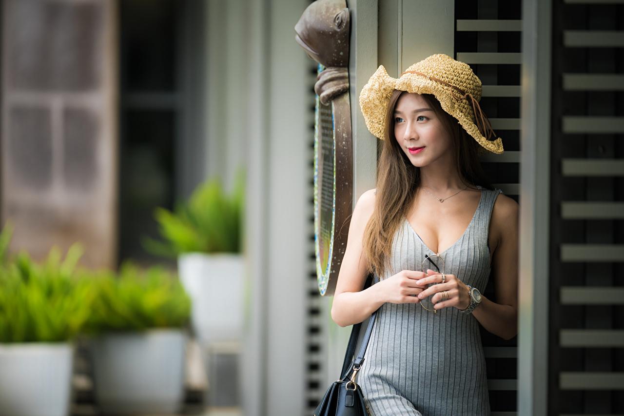 Обои для рабочего стола шатенки боке Милые Шляпа Девушки азиатки рука платья Шатенка Размытый фон милая милый Миленькие шляпы шляпе девушка молодая женщина молодые женщины Азиаты азиатка Руки Платье