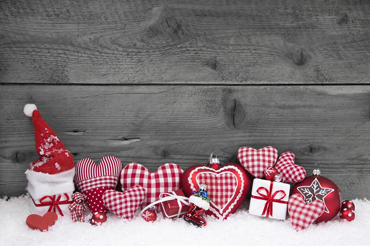 Картинка Новый год Сердце Шапки Снег подарков Стена Шарики Доски Рождество серце сердца сердечко шапка в шапке снега снеге снегу Подарки подарок Шар стене стены стенка