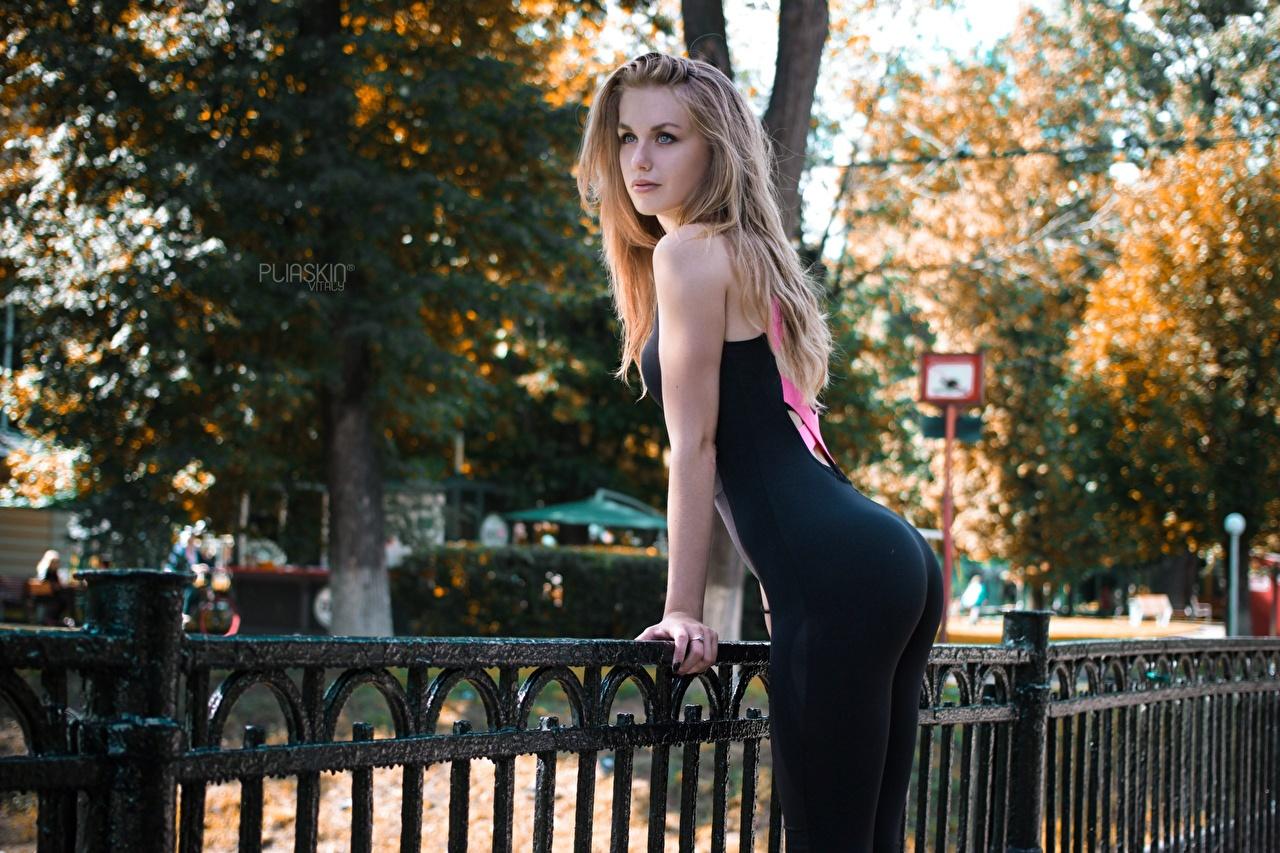 Фотографии ягодицы Блондинка позирует Фитнес Девушки забора униформе смотрит Попа блондинки блондинок Поза девушка молодая женщина молодые женщины Забор ограда забором Униформа Взгляд смотрят