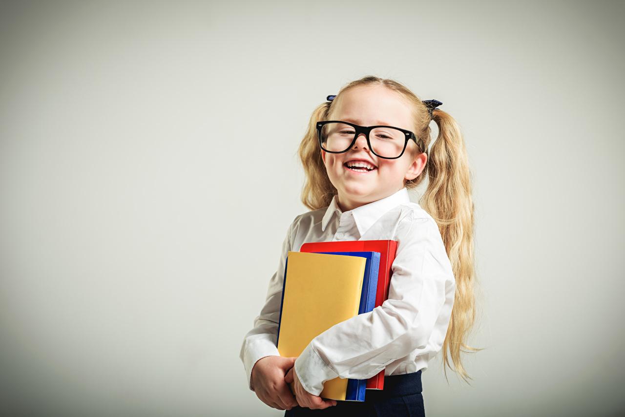 Фотографии Девочки Школа Улыбка Ребёнок Очки Книга Серый фон школьные Дети