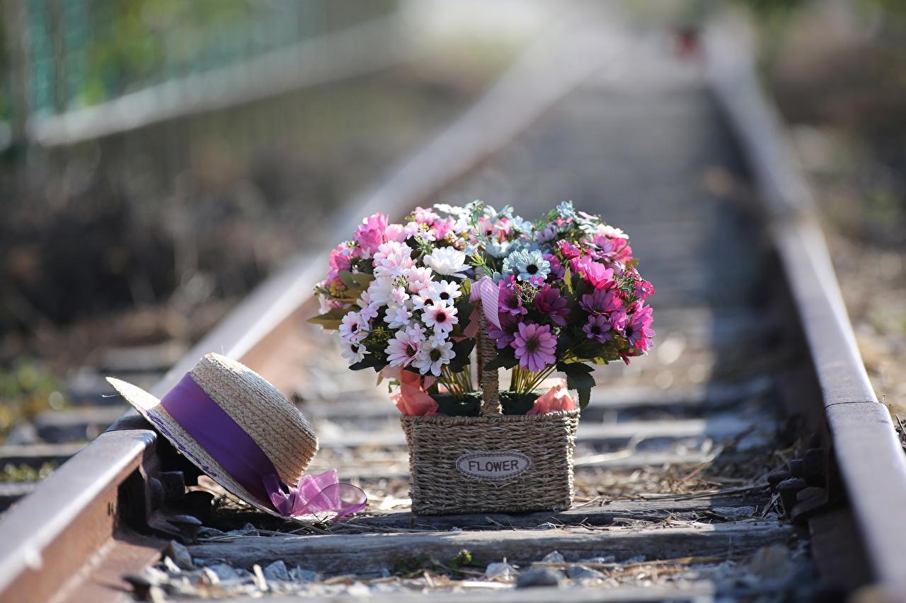 Обои для рабочего стола Рельсы букет Шляпа Цветы Корзина Железные дороги рельсах Букеты шляпы шляпе цветок корзины Корзинка