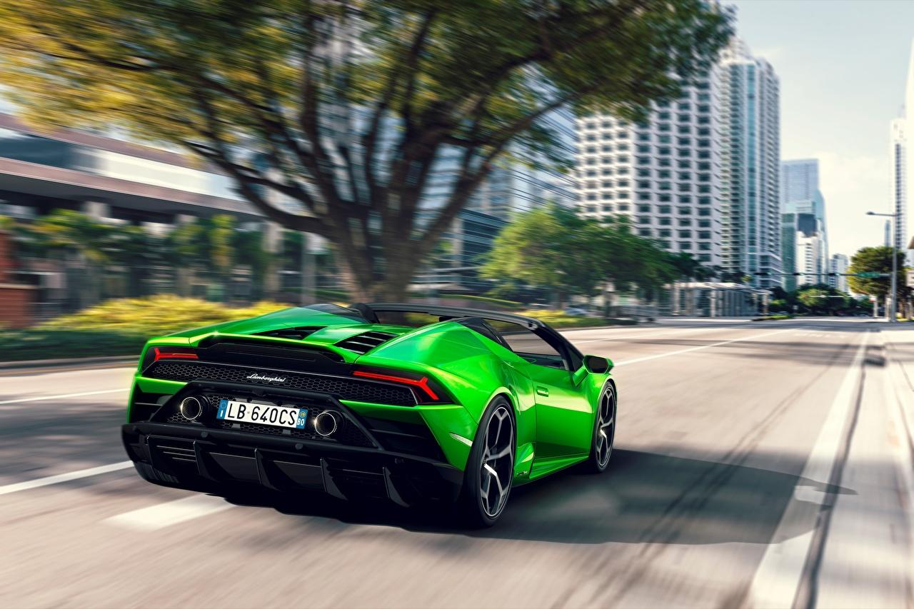 Фотография Ламборгини Spyder Evo Huracan Родстер зеленая салатовая скорость авто Сзади Lamborghini Зеленый зеленые зеленых Салатовый салатовые желто зеленый едет едущий едущая Движение машины машина вид сзади Автомобили автомобиль