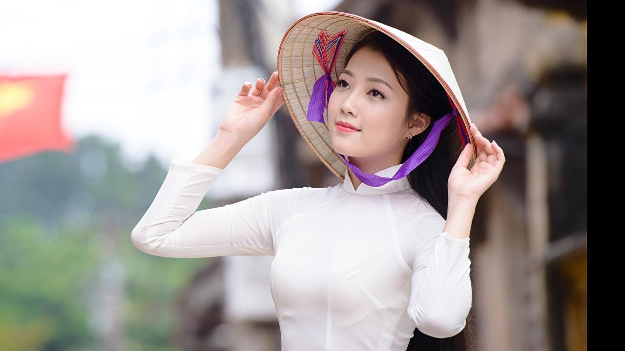 Фотографии Брюнетка Размытый фон Шляпа Девушки азиатки рука Взгляд брюнетки брюнеток боке шляпы шляпе девушка молодая женщина молодые женщины Азиаты азиатка Руки смотрит смотрят