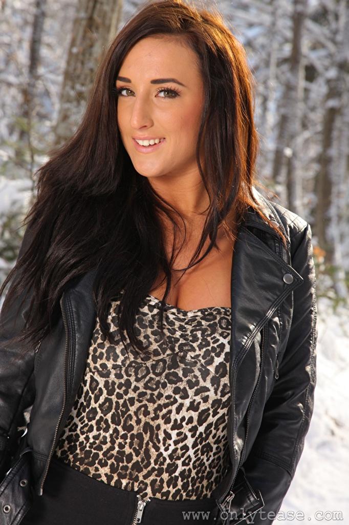 Картинки Stacey Poole шатенки Улыбка Куртка Девушки смотрит  для мобильного телефона Шатенка улыбается куртке куртки куртках девушка молодая женщина молодые женщины Взгляд смотрят