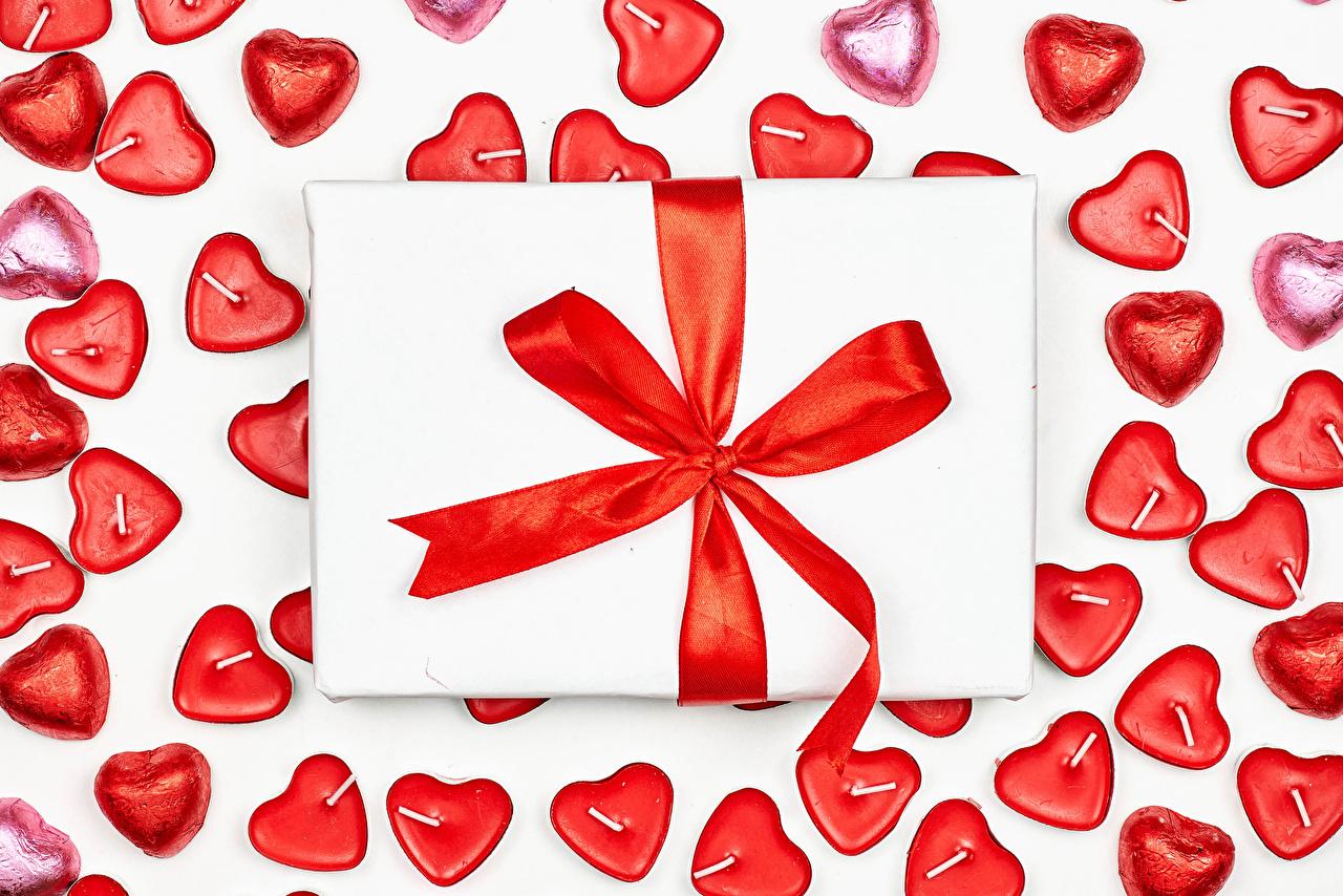 Фото День святого Валентина Сердце Конфеты Подарки Свечи Бантик Белый фон День всех влюблённых серце сердца сердечко подарок подарков бант бантики белом фоне белым фоном