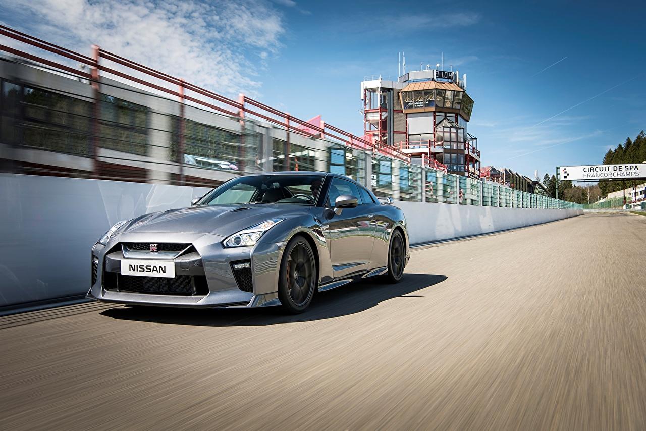 Обои Ниссан GT-R Серебристый скорость Автомобили Nissan серебряный серебряная серебристая едет едущий едущая Движение авто машина машины автомобиль