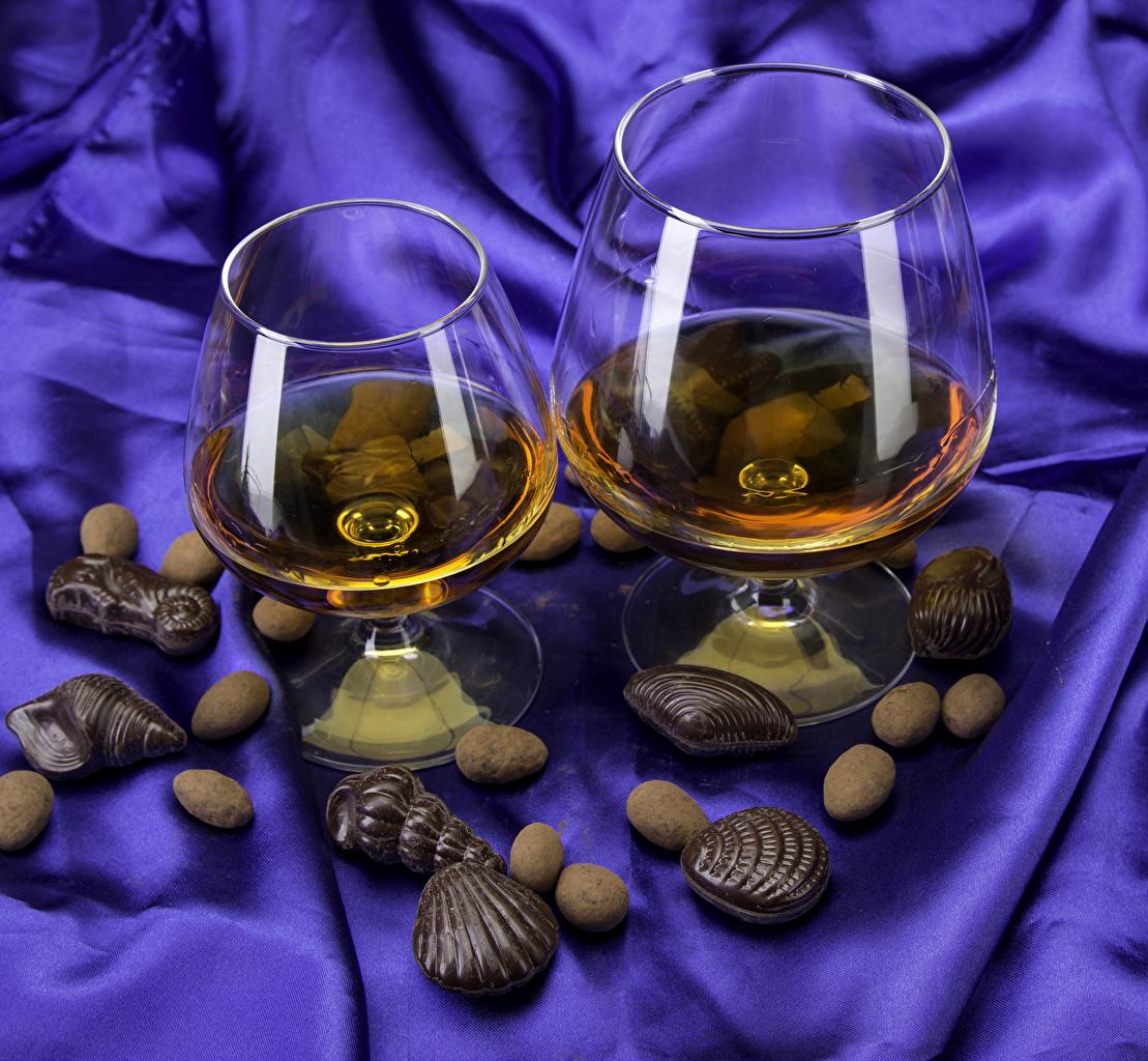 Обои для рабочего стола Шоколад две Виски Конфеты Ракушки Еда бокал 2 два Двое вдвоем Пища Бокалы Продукты питания