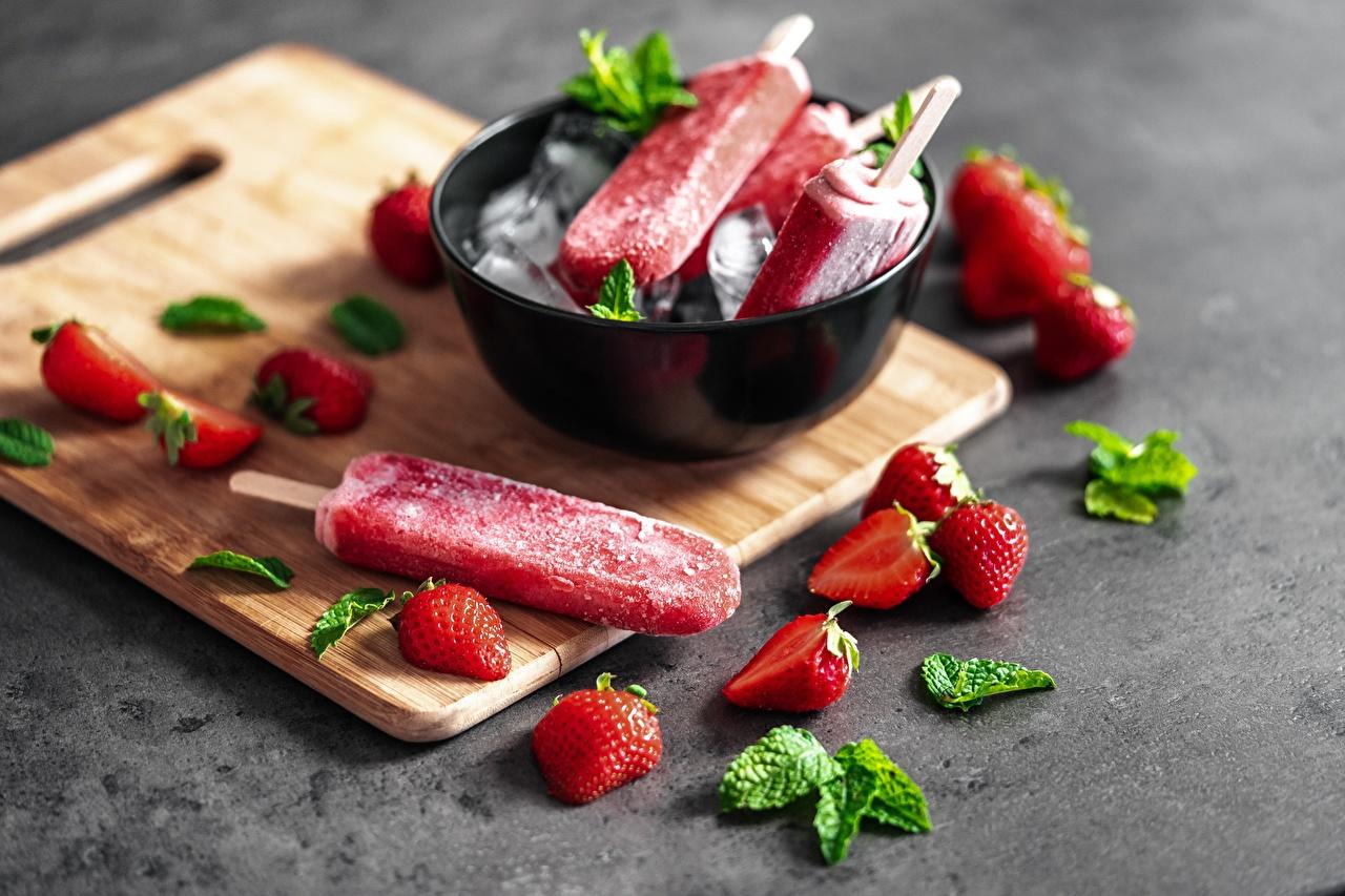 Картинка Мороженое Миска Клубника Еда разделочной доске Пища Продукты питания Разделочная доска