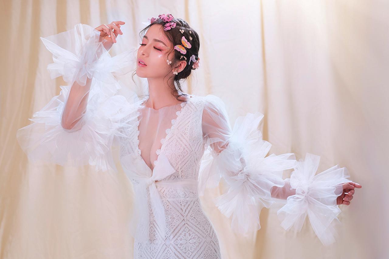 Картинка бабочка позирует Декольте молодая женщина Азиаты Платье Бабочки Поза вырез на платье девушка Девушки молодые женщины азиатки азиатка платья
