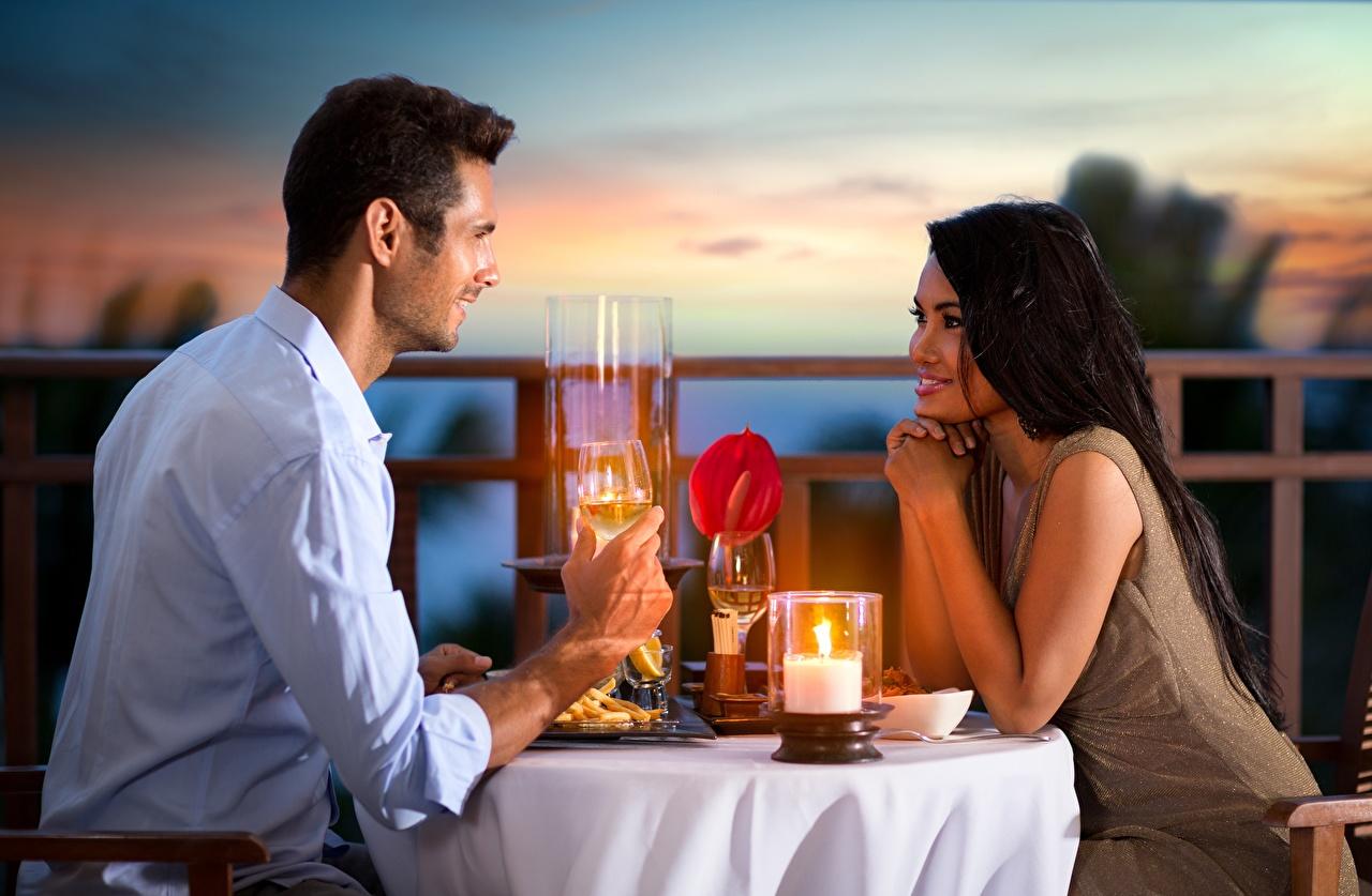 Картинка Свидание Мужчины Улыбка Девушки азиатки Свечи столы свидании мужчина улыбается девушка молодая женщина молодые женщины Азиаты азиатка Стол стола