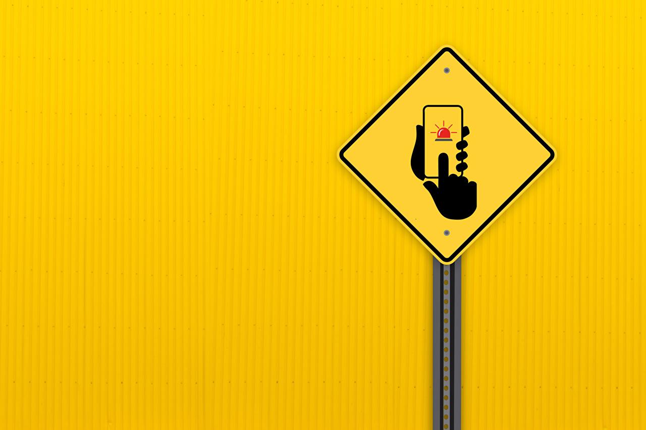 Картинки сматфоном road sign рука Цветной фон Смартфон смартфоны Руки