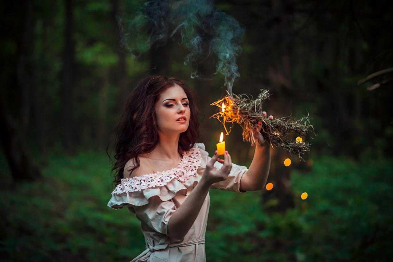 Фотография шатенки молодая женщина пламя Руки Свечи Шатенка девушка Девушки молодые женщины Огонь рука
