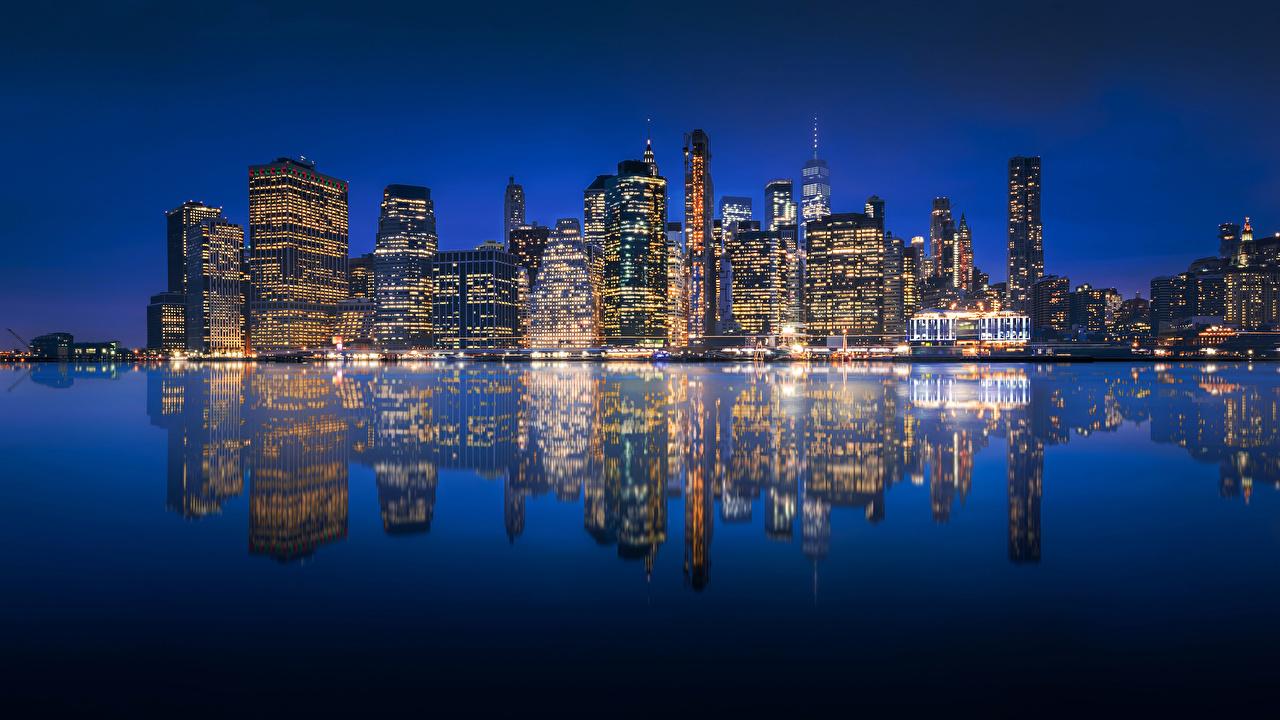 Картинки Нью-Йорк Манхэттен США Отражение речка в ночи Здания Города штаты америка отражении отражается Реки река Ночь ночью Ночные Дома город
