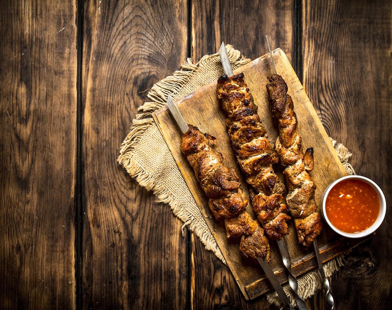 Картинка Шашлык Кетчуп Еда втроем Доски Пища Трое 3 Продукты питания