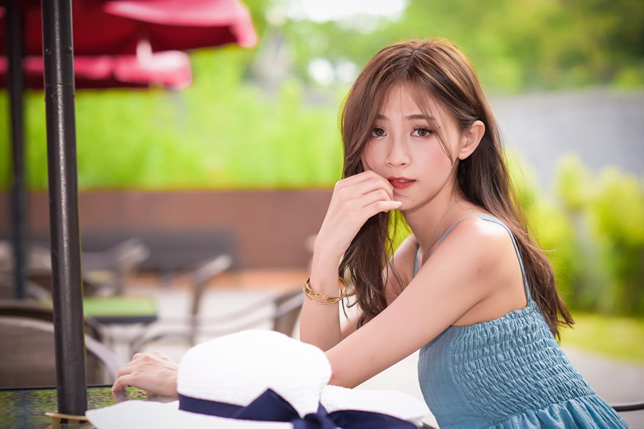 Фотографии Шатенка Размытый фон девушка Азиаты Руки смотрят шатенки боке Девушки молодая женщина молодые женщины азиатки азиатка рука Взгляд смотрит
