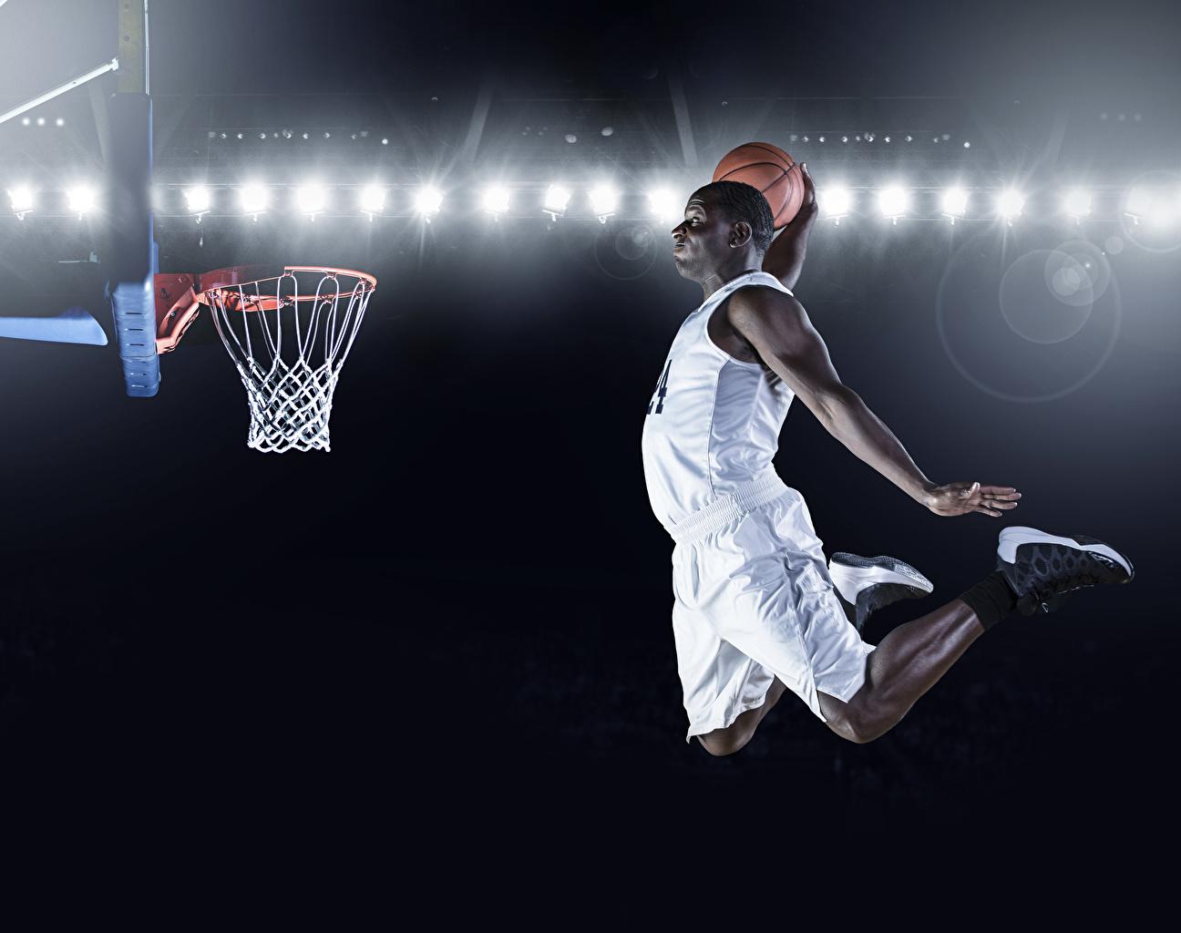 Фото Мужчины Негр Баскетбол спортивный Прыжок Мяч Руки униформе мужчина негры Спорт спортивные спортивная прыгает прыгать в прыжке рука Мячик Униформа