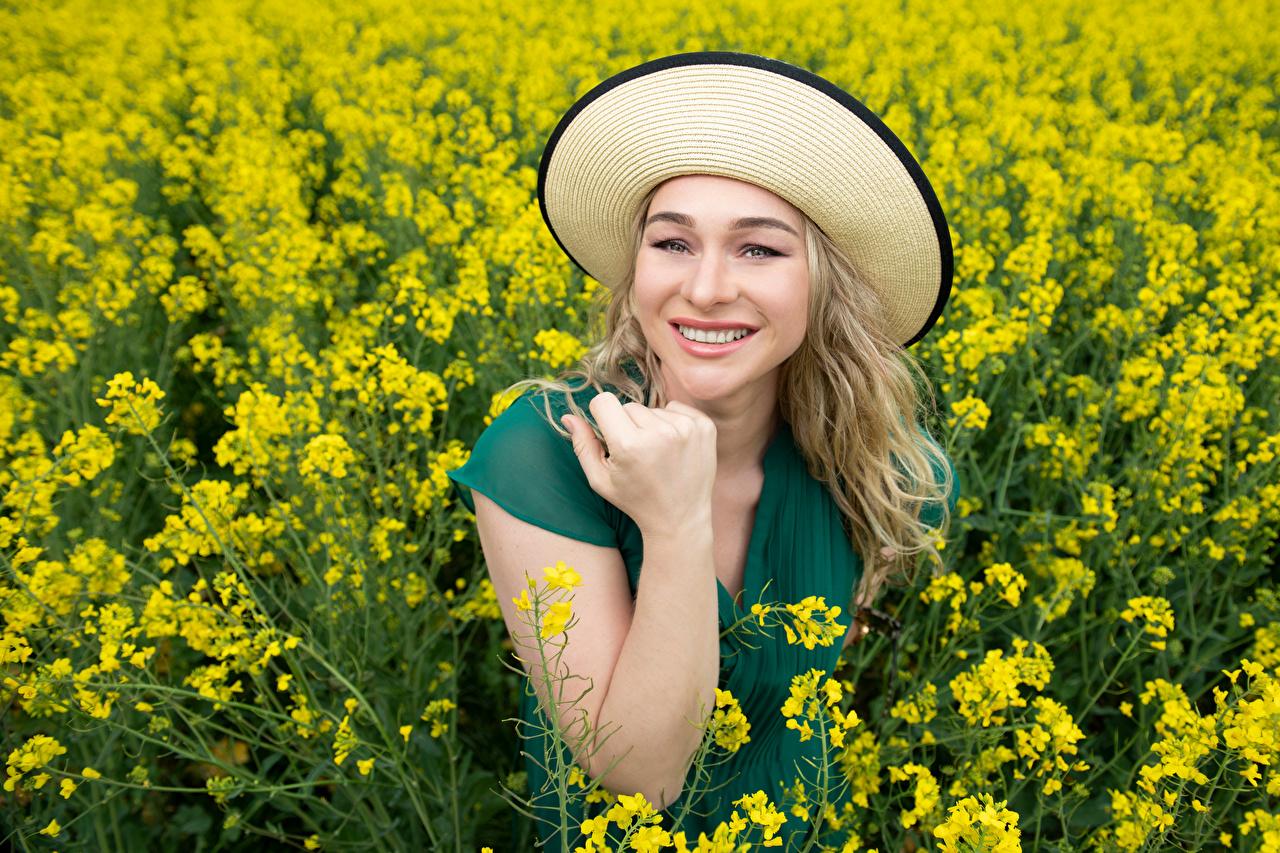 Картинки Улыбка Aleksandra Рапс Шляпа девушка Поля Руки смотрят улыбается шляпы шляпе Девушки молодая женщина молодые женщины рука Взгляд смотрит