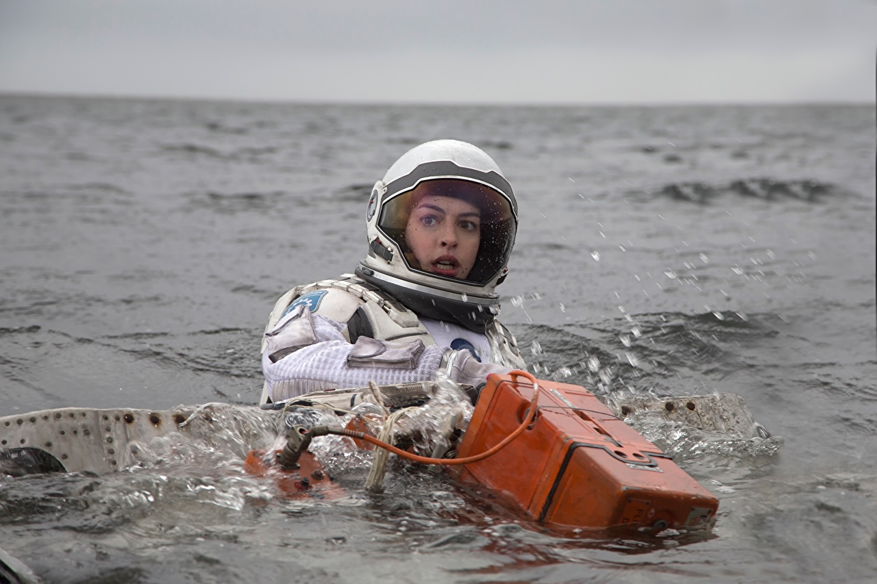 Фото Интерстеллар Энн Хэтэуэй космонавт Шлем 2014 Девушки Фильмы воде Знаменитости Anne Hathaway астронавт Космонавты шлема в шлеме девушка молодая женщина молодые женщины кино Вода